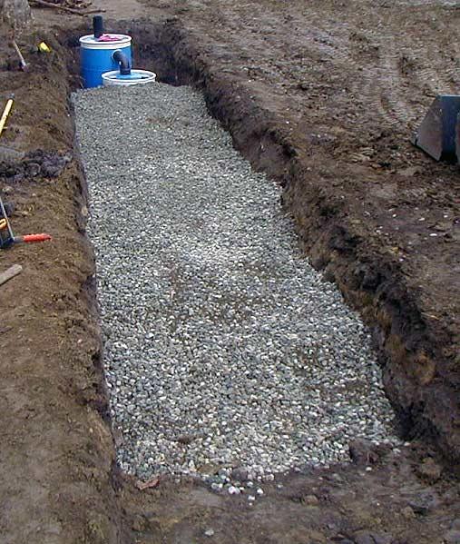 Засыпаем фильтрующие трубы щебнем с песком